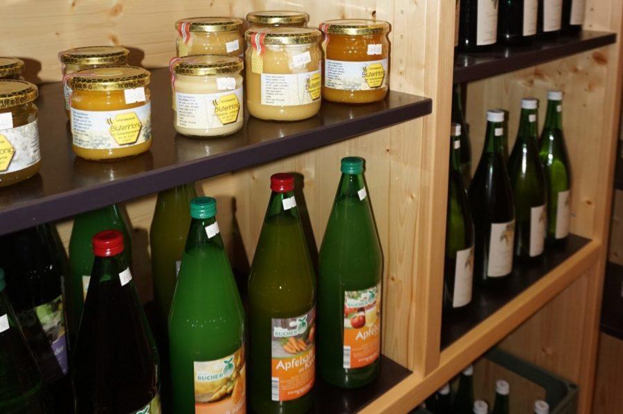 Fruchtsaft und Honig im Hofladen, Foto von Handlsberger
