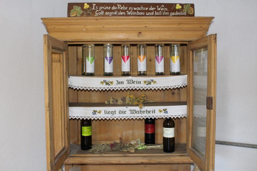 Wein- und Schnapsflaschen, Foto von Kiener