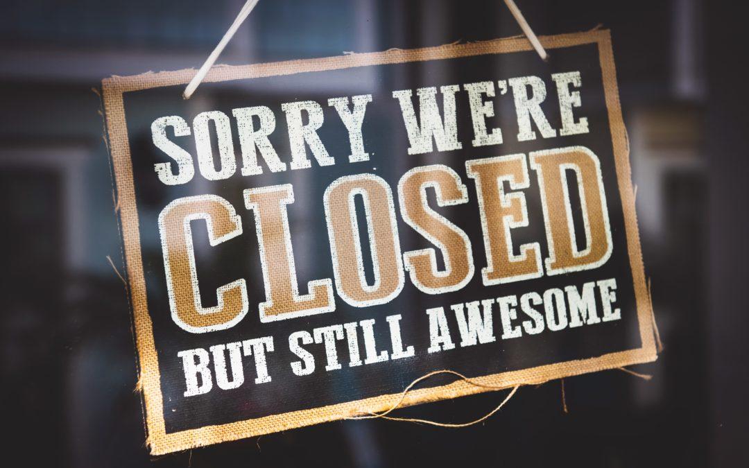 """Schild """"Sorry we're closed but still awesome, Foto von Tim Mossholder auf Unsplash"""